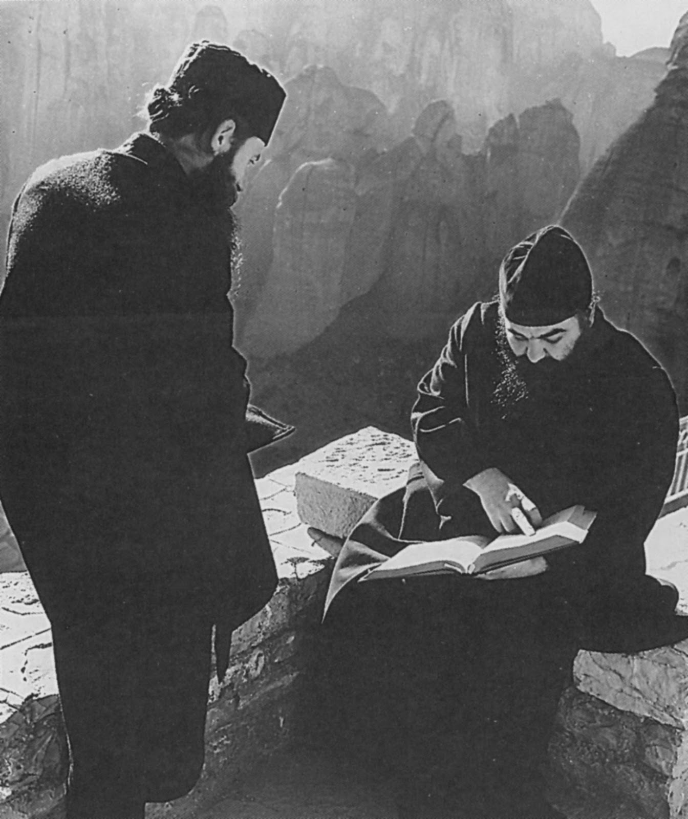 Ωρα μελέτης και περισυλλογής στη Μονή Βαρλαάμ, με φόντο το βιβλικό τοπίο των Μετεώρων.